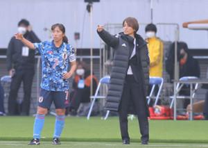 後半、中島依美(左)に指示を出す高倉麻子監督(カメラ・宮崎 亮太)
