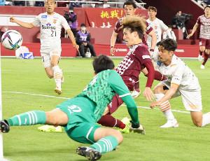 後半43分、神戸・古橋亨梧(中)が同点となるゴールを決める。手前は清水GK・権田修一 (カメラ・馬場 秀則)