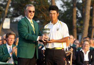 2011年マスターズ、第4ラウンド最終日、関係者からトロフィーを受け取る松山英樹(右)