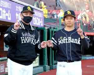 プロ初勝利の田浦文丸は、工藤公彦監督からグータッチで祝福される