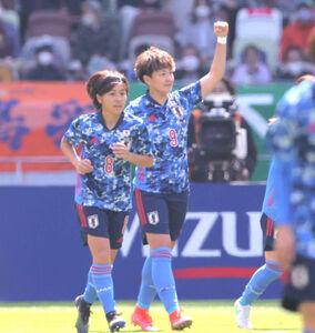 前半9分、ゴールを決めガッツポーズする菅沢優衣香