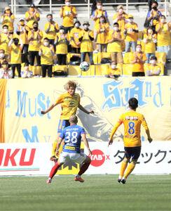 前半、ヘディングでボールを跳ね返す仙台・平岡(カメラ・小林 泰斗)