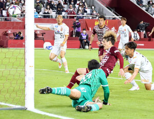 後半43分、同点となるゴールを決める神戸・古橋亨梧