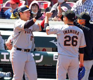 1回2死一塁、中越えに今季1号となる先制の2点本塁打を放った岡本和真