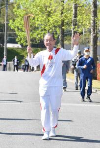 奈良県での聖火リレーの第一走者として走った元プロ野球選手の鈴木康友さん(代表撮影)