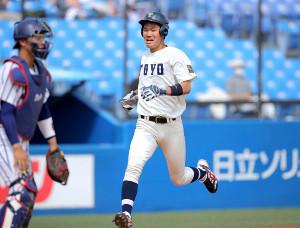2回2死一塁、宮本涼太の右二塁打で生還した小口仁太郎(中央)だったが…本塁を踏んでいなかった