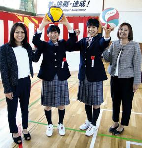 入学式後、妹背牛商OGの母から激励を受ける渡辺(左から2人目)と加藤(同3人目)