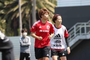 トレーニングに励むなでしこジャパンのFW田中美南(左)