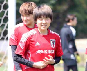 なでしこジャパンのMF林穂之香(左)