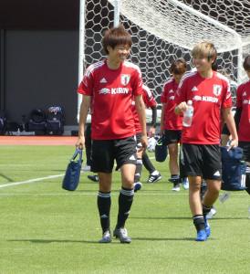 なでしこジャパンのFW浜田遥(左)