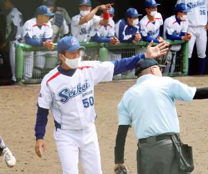 主審に選手交代を告げるびわこ成蹊スポーツ大の山田秋親監督(左)