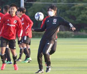 選手とリフティングをするロールモデルコーチの中村憲剛氏