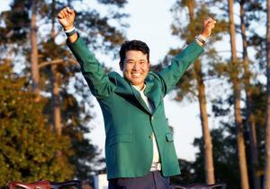 マスターズ優勝を決めた松山は、グリーンジャケットを着て満面の笑みでガッツポーズ(ロイター)