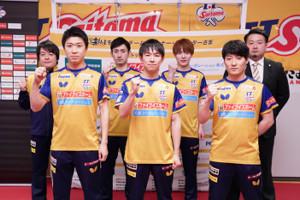 (前列左から)神巧也、丹羽孝希、英田理志、(後列左から)岸川聖也コーチ、上田仁、松平健太、坂本竜介監督