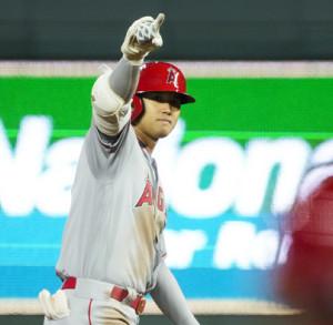 2点適時二塁打を放ちベンチからの称賛にこたえる大谷翔平(ロイター)