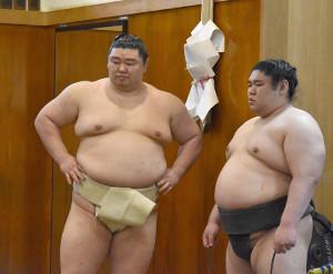 朝稽古中の大関・正代(左)と幕下・将豊竜(代表撮影)
