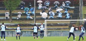 サポーターが見守る中で練習をした磐田のイレブン