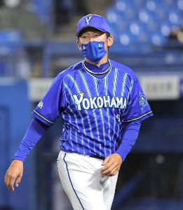 6回表終了後、選手交代を告げる三浦大輔監督