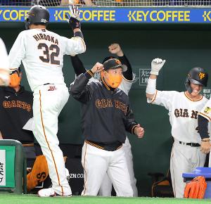 7回2死、広岡大志が勝ち越し本塁打を放ち、原辰徳監督に迎えられた