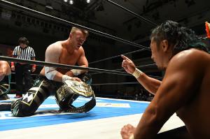 試合後に鷹木信悟(右)にIWGP世界ヘビーのベルトを見せつけたウィル・オスプレイ(新日本プロレス提供)