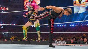 アスカ(左)はリア・リプリーに敗れ王座を失った(C)2021 WWE, Inc. All Rights Reserved.