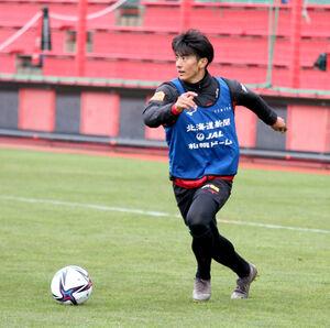 ボールキープするJ1札幌への来季加入が内定した立正大MF田中宏