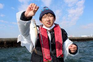 30センチ近い良型のアジを釣った佐藤さん(伝寿丸で)