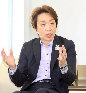 インタビューに応じる橋本聖子会長(カメラ・森田 俊弥)