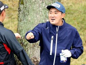練習ラウンドで選手とタッチを交わす金谷(カメラ・岩崎 龍一)