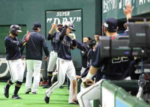 9回1死二、三塁、ジョーンズの適時打で生還した中川 圭太(中央)がベンチ前でナインの祝福に笑顔でポーズをとる