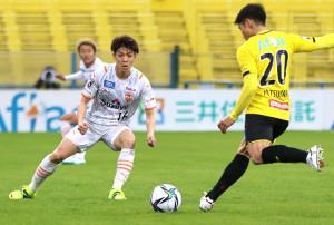 J1清水エスパルスのMF西沢健太(左)