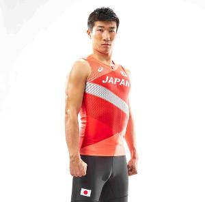 東京五輪のユニホームでポーズを決める陸上男子短距離の桐生祥秀(アシックス提供)