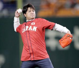 侍ジャパンのユニホームを着用して始球式を行う前巨人軍監督の高橋由伸氏