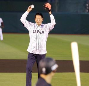 「侍ジャパンナイター」で始球式をする中畑清・アテネ五輪監督代行