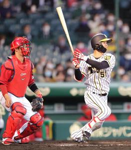 2回2死一、二塁から先制の右前適時打を放つ中野拓夢