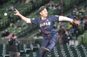 始球式をしたG・G・佐藤氏はボールが手につかず?落球