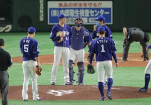 3回、マウンドに集まる勝野昌慶(左から2人目)ら中日ナイン(カメラ・相川 和寛)