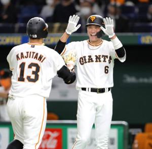 3回1死二塁、右中間スタンドに2号2ラン本塁打を放った梶谷隆幸(左)を笑顔で迎える二塁走者の坂本勇人(カメラ・関口 俊明)
