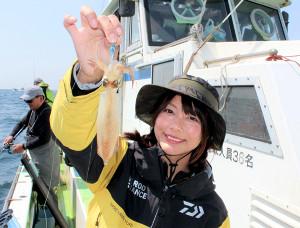 由梨ちゃんが繊細なアタリを捉えて釣り上げた20センチ級のマルイカ(長三朗丸で)