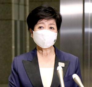 都庁退庁時に記者団の取材に応じた小池百合子知事