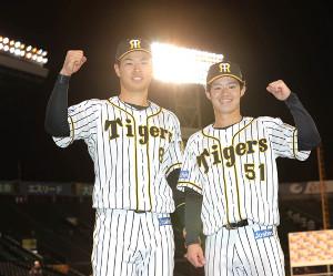 ヒーローインタビューを終えポーズをとる佐藤輝明(左)と中野拓夢