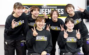 山梨クィーンビーズの新人選手記者会見にのぞむ(下段左から)石川、浜西(上段左から)岡アシスタントコーチ兼選手、水野主将、瀬山、若原