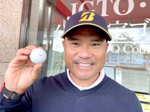 宮里優作が披露した「TIGER」の文字の入ったブリヂストンスポーツ社製のボール