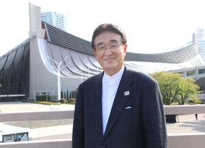 64年大会の舞台にもなった国立代々木競技場の前に立つ吹浦忠正さん
