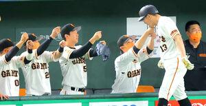 3回1死二塁、梶谷隆幸(右)が右中間2ラン本塁打。あごタッチで迎える巨人ナイン