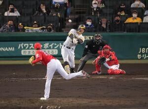 4回無死一塁、佐藤輝明は追加点となる右越え2ラン本塁打を放つ