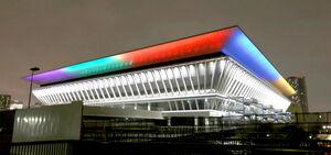 東京五輪開幕100日前を迎え、ライトアップされた東京アクアティクスセンター(カメラ・竜田 卓)
