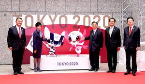除幕された東京五輪・パラリンピックの公式マスコット像と並んで記念撮影をする(左から)山下泰裕・JOC会長、小池百合子・東京都知事、遠藤利明・東京2020組織委員会副会長、石川良一・東京都議会議長、小山くにひこ・東京都議会オリンピック・パラリンピック推進対策特別委員会委員長