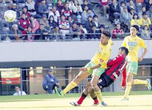 千葉戦の後半ロスタイム5分、右足でゴールを決めた札幌FW内村圭宏(右から2人目)