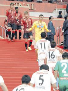 19年10月26日、ルヴァン杯準優勝の表彰を終えて引き揚げる札幌イレブン(奥)
